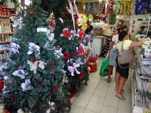 Lojas já estão em clima natalino e algumas já apostam em promoções. (Foto: Katherine Coutinho/G1)