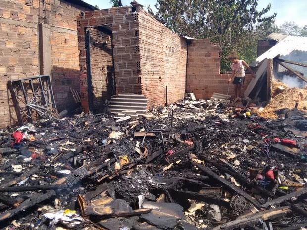 Casa foi totalmente consumida pelo incêndio em Canoas (RS) (Foto: Dayanne Rodrigues/RBS TV)