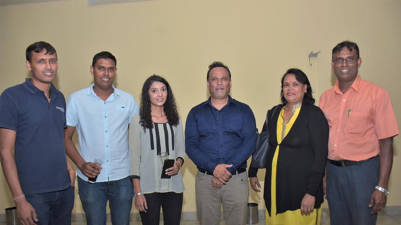 Anouj Takoordyal et son épouse Vijaya, de Freelance Distributors, Bruno La Charmante, directeur de communication du Défi Media Group et de Radio Plus, Vashi Takoordyal et Yashvi Takoordyal, de Freelance Distributors.