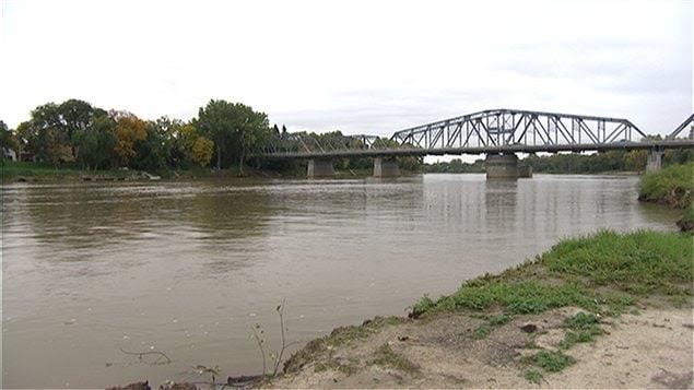 Le pont Redwood traverse la rivière Rouge à Winnipeg