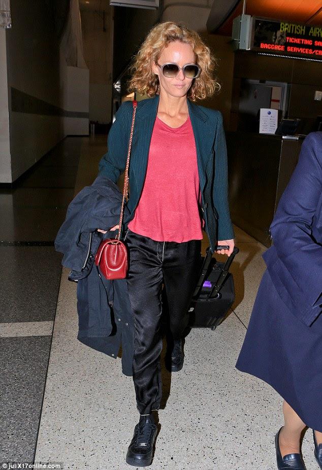 Chique parisiense?  Na sexta-feira, 42-year-old ex-mulher de Depp Vanessa Paradis foi flagrado usando um conjunto bizarro ainda confortável enquanto jorrando fora de LAX