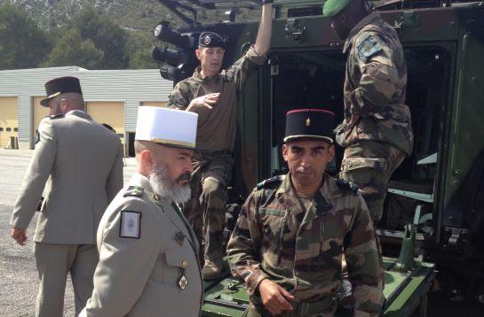 El cabo Alonso y el suboficial José muestran un vehículo blindado a los periodistas