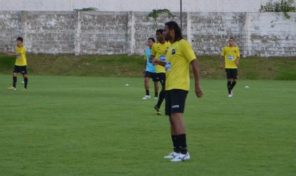 Atacante Dênis Marques deve estrear no ABC contra o ex-clube Santa Cruz neste sábado (Foto: Jocaff Souza)