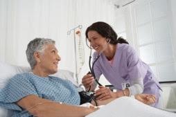 Una enfermera tratando a su paciente