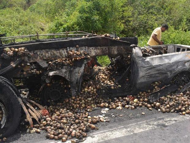 Carro pega fogo e motorista morre carbonizado em acidente na Bahia (Foto: João Carvalho/Portal Jaguarari.com)
