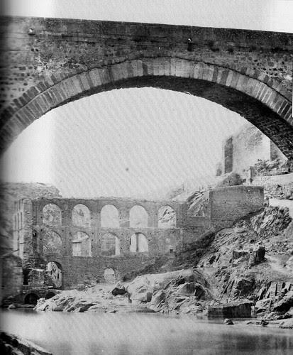 Puente de Alcántara y Restos del Artificio de Juanelo en 1858. Foto Charles Clifford