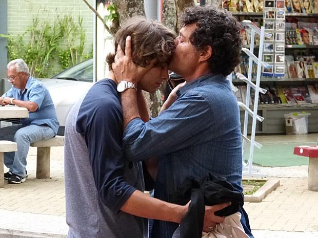 Antes de ir embora, Marcelo se despede de Pedro (Foto: Andréa Cozzolino / Gshow)