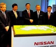 タイ新工場の建設計画を発表する日産の西川副社長(中)(2日、バンコク)