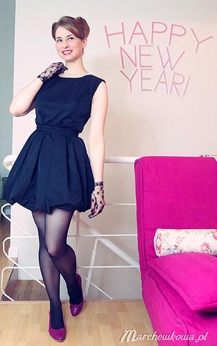 Happy new year, szafiarka, marchewkowa, czarna sukienka bombka Every Nature, koronkowe rękawiczki Ko-Moda, buty Tchibo, perełki KappAhl, moda, retro, vintage, blog