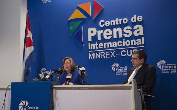 Junto a Josefina, el Embajador de Cuba en Washington, José Ramón Cabañas. Foto: Ismael Francisco/ Cubadebate