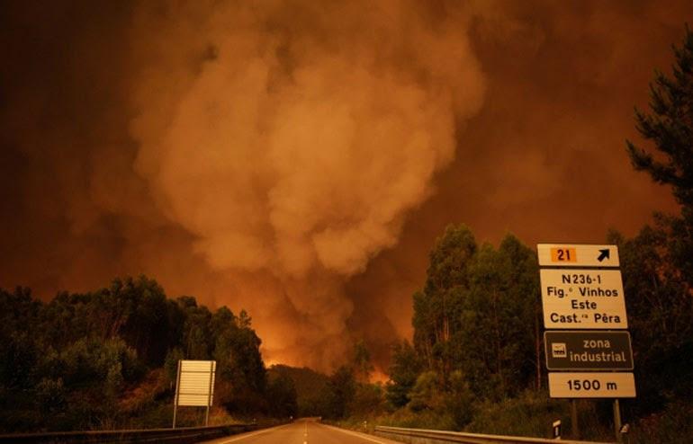 Σύννεφο καπνού 'καταπίνει' την περιοχή