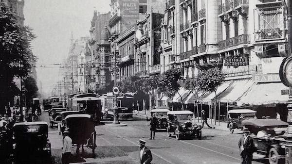 A la inglesa: el tránsito de tranvías, autos y carruajes, en Avenida de Mayo antes de 1945.