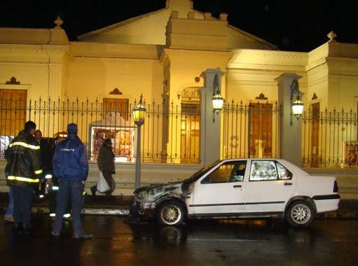Santa Rosa |  Se quemó un auto frente al Teatro Español