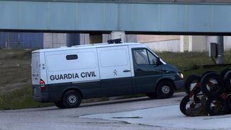 Aquest és el moment en què la furgoneta policial arribava al centre de Soto del Real, prop de Madrid (EFE)