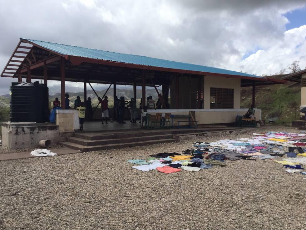 Escuela de Camp Perrain construida por Unicef, con medidas antisísmicas tras el terremoto de 2010. Es el único edificio que se ha mantenido en pie tras el huracán y sirve ahora de albergue para las familias.