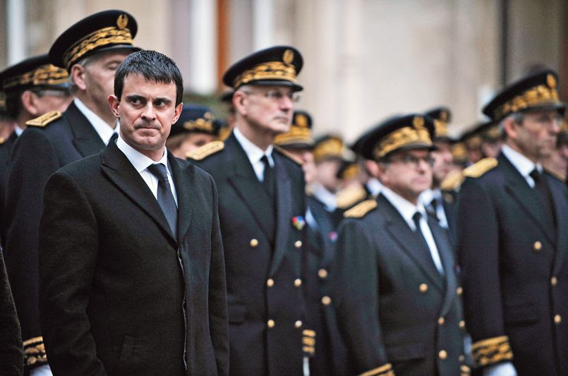 Manuel Valls, le ministre de l'Intérieur, en compagnie des préfets lors d'une cérémonie en hommage à la mémoire de Claude Érignac, le 6 février 2013, 15 ans après l'assassinat du haut fonctionnaire.