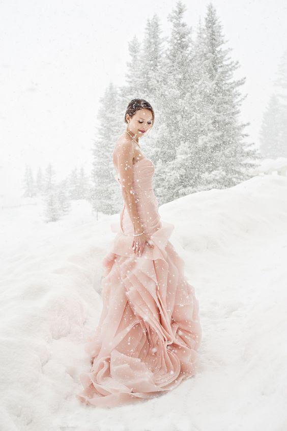rosa trägerlosen Vera Wang Hochzeit Kleid heraus zu stehen in dem weißen Schnee