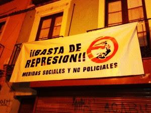 Pancarta colgada por vecinos y vecinas en un balcón de la plaza de la Madalena. Foto: @saharalibre