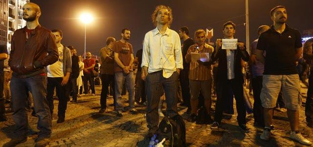 Erdem Gunduz protesta en silencio junto a otros manifestantes en la plaza Taksim (18 de junio de 2013). REUTERS/Marko Djurica