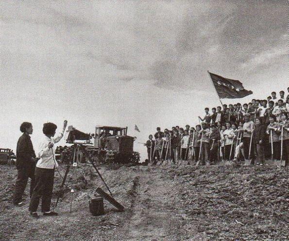 Hân hoan chiến thắng: Năm 1969, Mao lại đứng đầu ĐCS mà không ai dám tranh giành nữa. Ông gửi Hồng Vệ Binh về làm việc ở nông thôn, như ở đây trong vùng Mãn Châu. 16 triệu thanh thiếu niên vì thế mà đã không được đào tạo. Ảnh: GEO Epoche