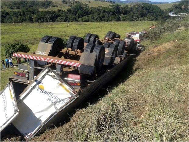 Caminhão capotou na BR-267 em Conceição do Rio Verde; motorista morreu (Foto: Polícia Rodoviária Federal)