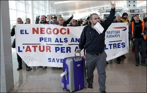 Un pasajero gesticula frente a los trabajadores de Iberia en huelga en la Terminal 1 del aeropuerto del Prat de Barcelona.