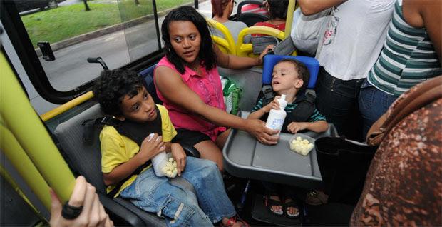 Já no coletivo, ela alimenta os filhos depois de um dia de terapias