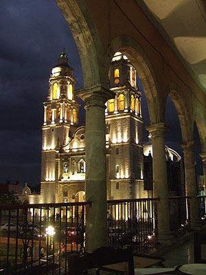 eglise de Campeche sous les arcades.jpg