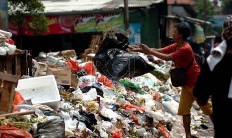 Warga membuang sampah di pinggiran jalan Pasar Blok A, Jakarta Selatan, Rabu (3/9).     (Republika/Raisan Al Farisi)