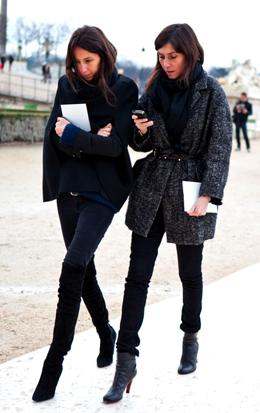 LE FASHION BLOG VOGUE PARIS EDITORS STREET STYLE CLASSIC COZY  TWEED WOVEN BELT WAIST SKINNY PANTS DENIM JEANS BLUE SWEATER SIMPLE SCARF CAPE COAT VIA A LOVE IS BLIND