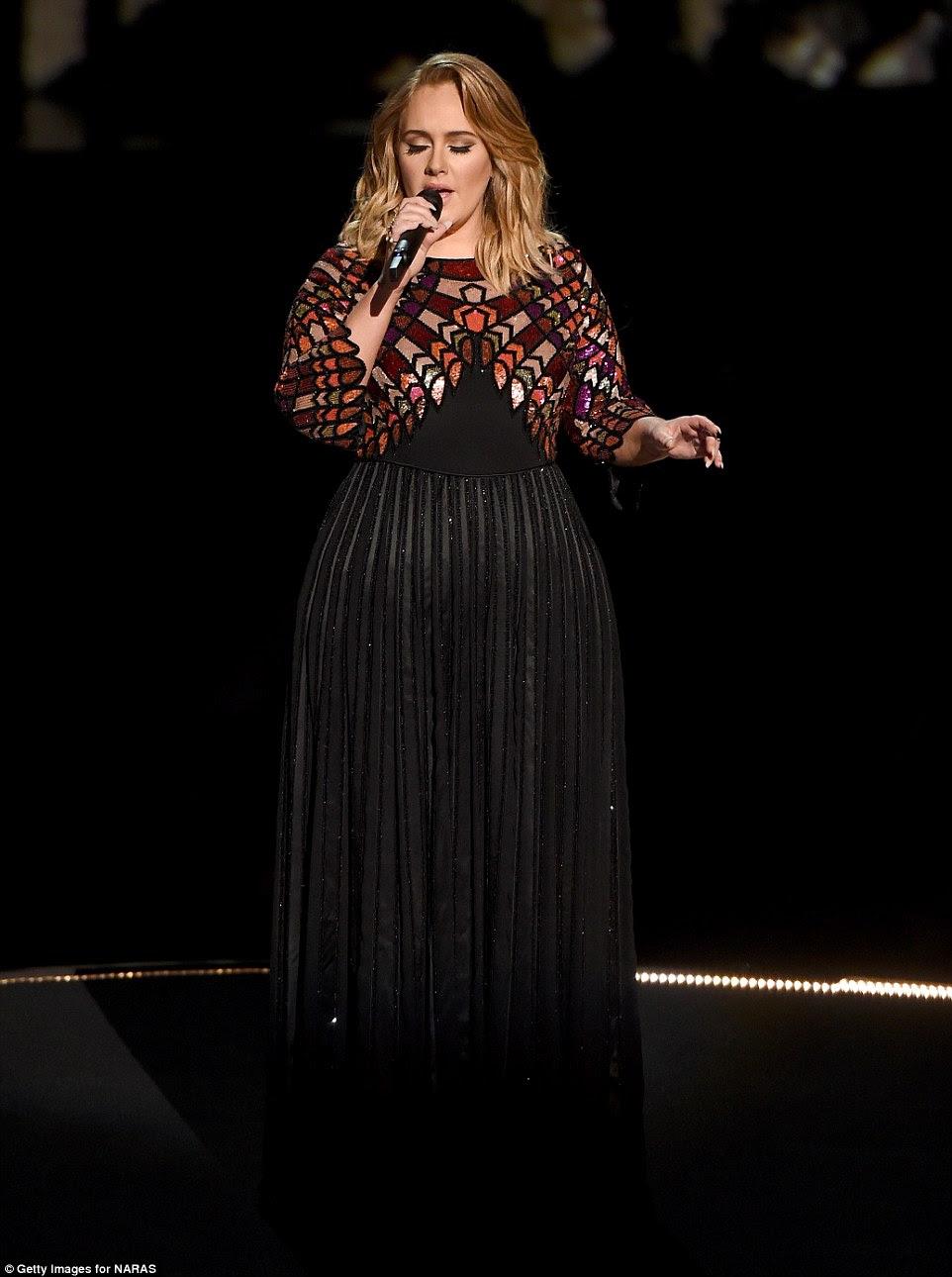 Showstopper: A cantora de 28 anos abriu o programa fazendo seu hit Olá