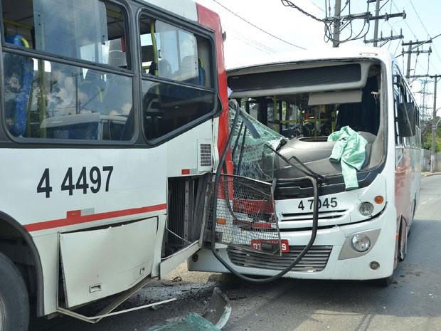 Acidente envolvendo dois ônibus e um carro deixa feridos na Avenida Jacu Pêssego, em Itaquera (Foto: Gero/Futura Press/Estadão Conteúdo)