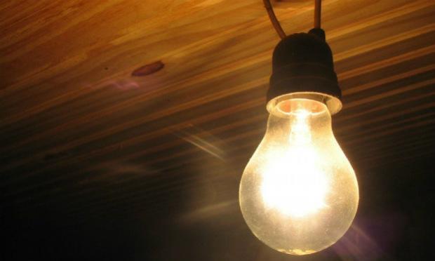 Em agosto, os consumidores vão pagar novamente um adicional de R$ 5,50 a cada 100 quilowatts/hora (kWh) de energia consumidos / Foto: Reprodução