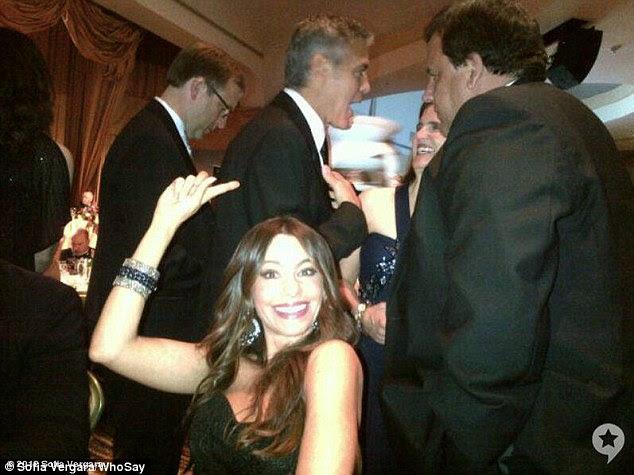 Por George!  Sofia parecia particularmente impressionado estar na companhia de George Clooney, postando essa foto de si mesma, com o ator em segundo plano