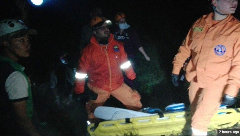 As equipes de resgate têm enfrentado dificuldades para atingir os locais de queda remotos com macas sendo realizado até ambulâncias espera