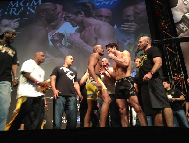 Anderson Silva x Chael Sonnen na pesagem do UFC 148 (Foto: Reprodução/ Twitter)