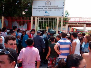 Eleitor foi assassinado a tiros dentro da Escola Municipal Professora Celine Guimarães, no bairro Barrocas, em Mossoró (Foto: Marcelino Neto/G1)