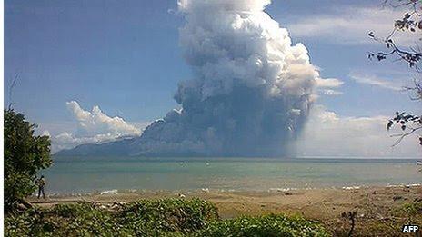 Φωτογραφία από τον Maurole περιοχή του East Nusa Tenggara επαρχία με ένα κινητό τηλέφωνο με κάμερα δείχνει Όρος Rokatenda ηφαίστειο εκπέμπουν μια τεράστια στήλη του ζεστού τέφρας κατά τη διάρκεια μιας έκρηξης στις 10 Αυγούστου