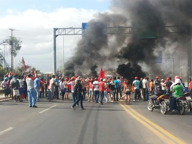 MST bloqueia BR-407 em Petrolina, PE (Foto: Magda Lomeu/Arquivo pessoal)