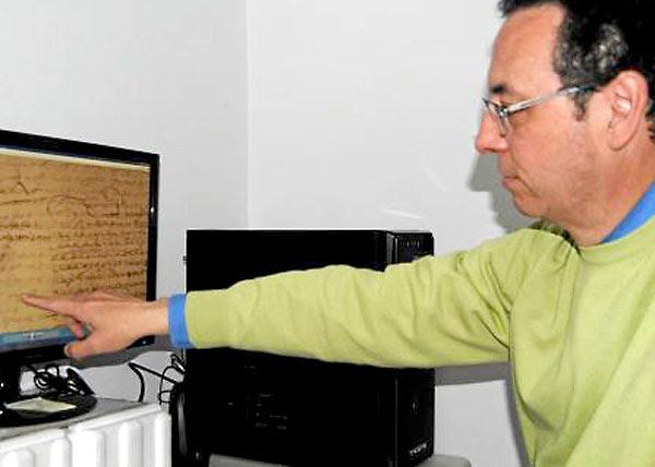 El archivero municipal, José Cabello, muestra los documentos con la rúbrica de Cervantes. / María Montiel