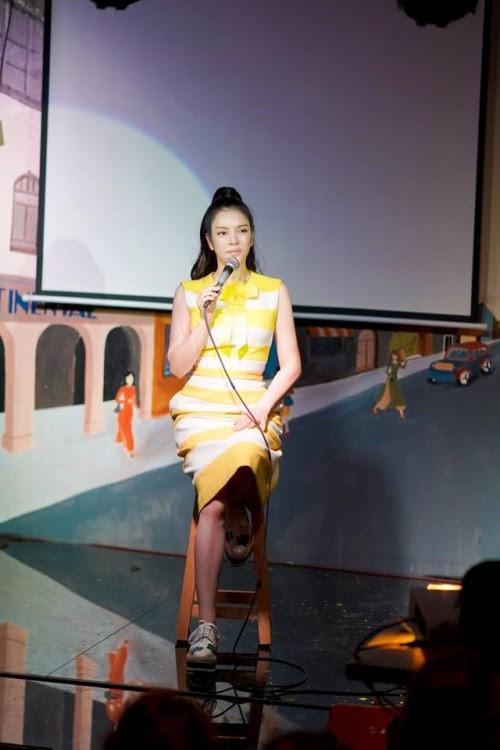 Mặc váy đỏ cổ vũ các 'người hùng' U23 VN, H'Hen Niê để Nguyễn Thị Loan 'lấn lướt' khi chung đụng váy áo - Ảnh 7.