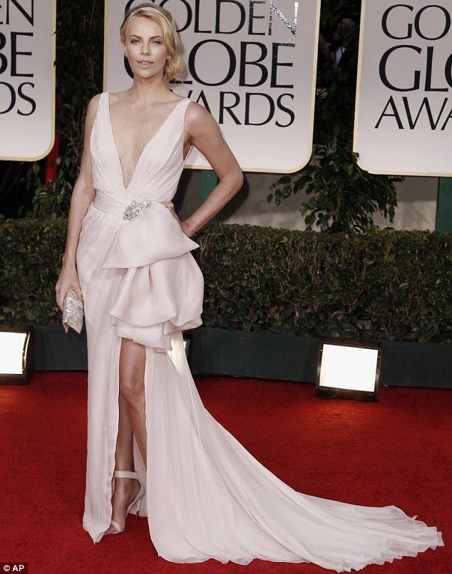 Dramática: Charlize Theron chegou a um dos projetos mais originais da noite vestindo alta costura Dior