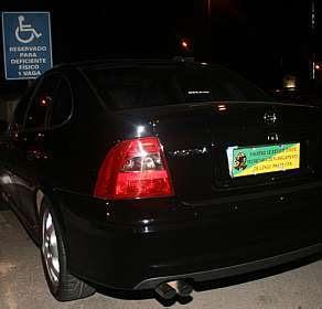 Carro do então ministro Mangabeira Unger (governo Lula), estacionado irregularmente em vaga reservada para deficiente físico