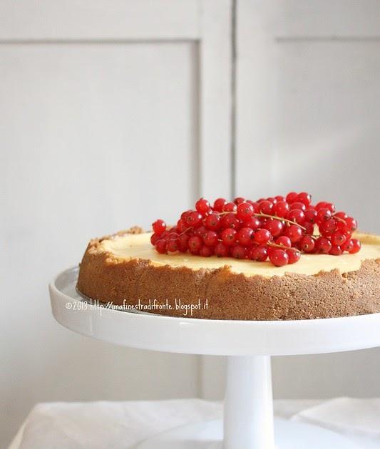 Una finestra di fronte cheesecake classico con ribes rossi - Una finestra di fronte ...