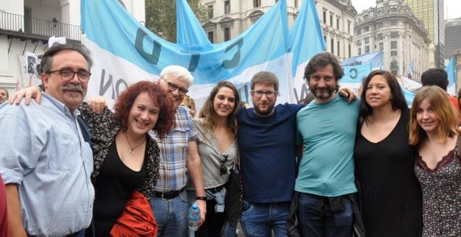 Los diputados de Podemos Miguel Urbán, Noelia Vera y Rafa Mayoral y Chato Galante posan durante la manifestación en Buenos Aires. /A.D.