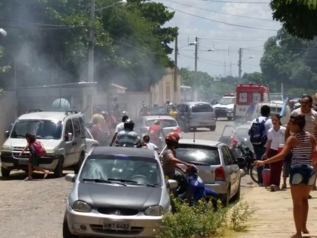 Ataque de abelhas aconteceu em escola no centro de Assu, na região Oeste do RN (Foto: Francisco Coelho/Focoelho.com)