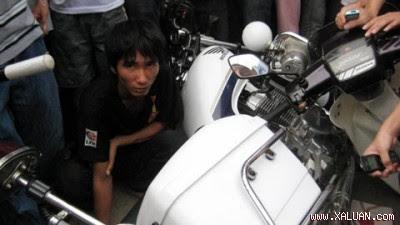 Sinh viên Đặng Đình Việt ngồi tại hiện trường sau khi bị hai cảnh sát đánh.