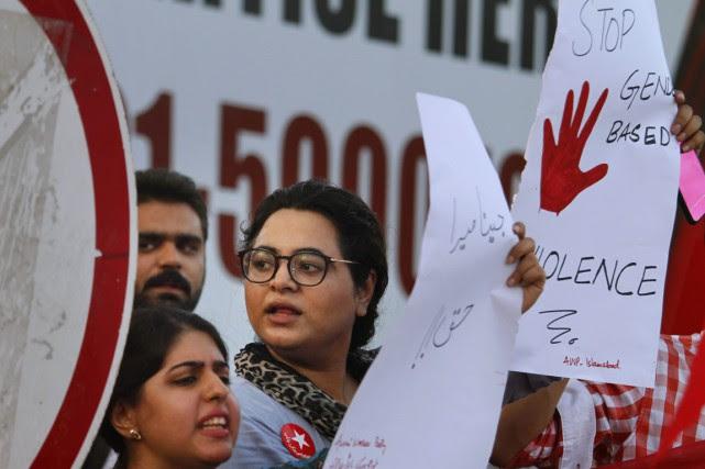 Des activistes manifestent contre les crimes d'honneur et... (photo Anjum Naveed, archives AP)