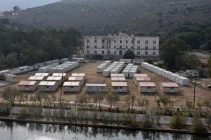Τα κοντέινερ για τη δημιουργία Κέντρου Πρώτης Υποδοχής (Hot Spot) στα Λέπιδα, μπροστά από τους ιταλικούς κοιτώνες των Αεροπόρων, την Γκαζέρμα  Αβιέρι (Caserma Avieri – Στρατώνας Αεροπόρων)