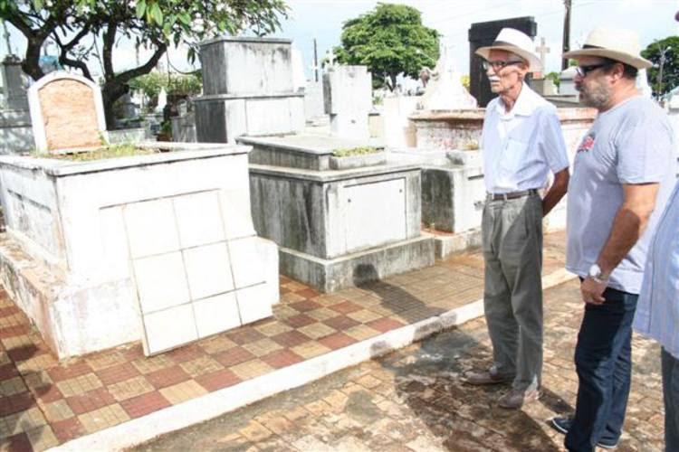 Augusto Maranhão esteve na manhã desse sábado visitando os túmulos no cemitério do Alecrim